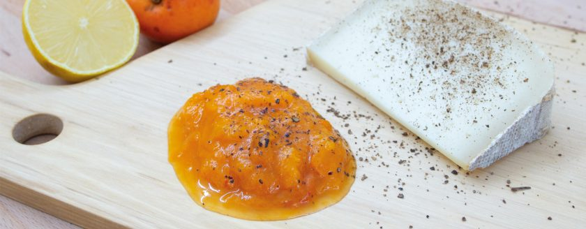 Marillenröster mit Chili und Käse auf einem Schneidbrett