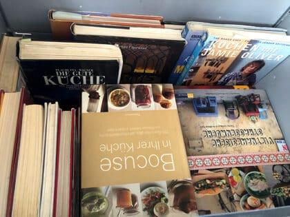 Kiste voll mit Kochbüchern