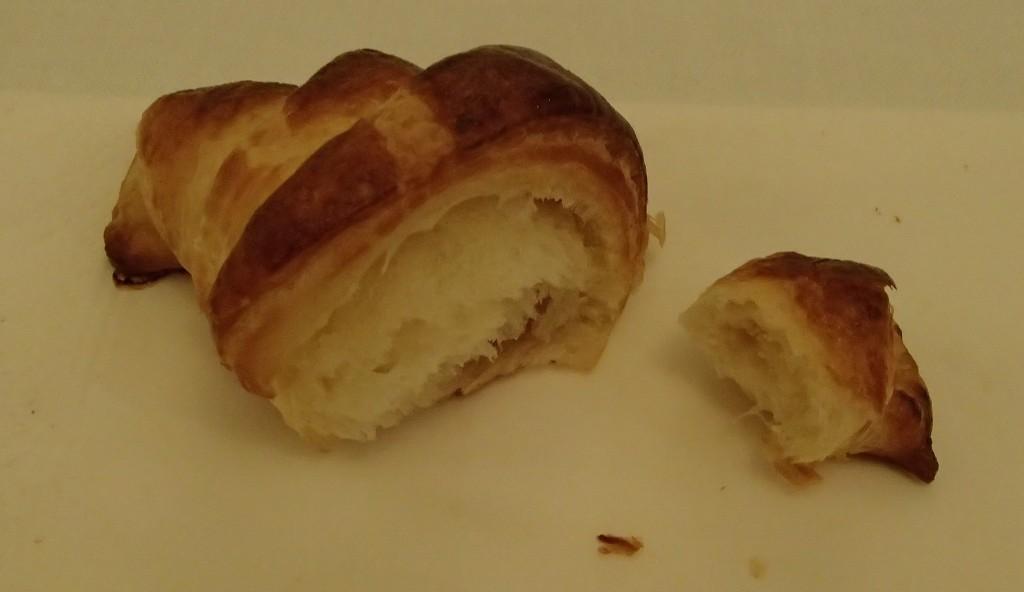 angebrochenes Croissant, frisch aus dem Ofen